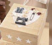 Scatola del cucito in legno con decorazioni in resina.