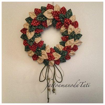 Corona natalizia grande con petali in cotonine fantasia sui toni del rosso,verde ed avorio B