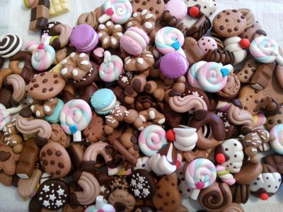 Ciondoli in fimo lotto stock 300  dolcetti misti tutti fatti interemente a mano senza aiuto di stampi biscotti,lecca lecca,macarrons,cioccolati ecc...