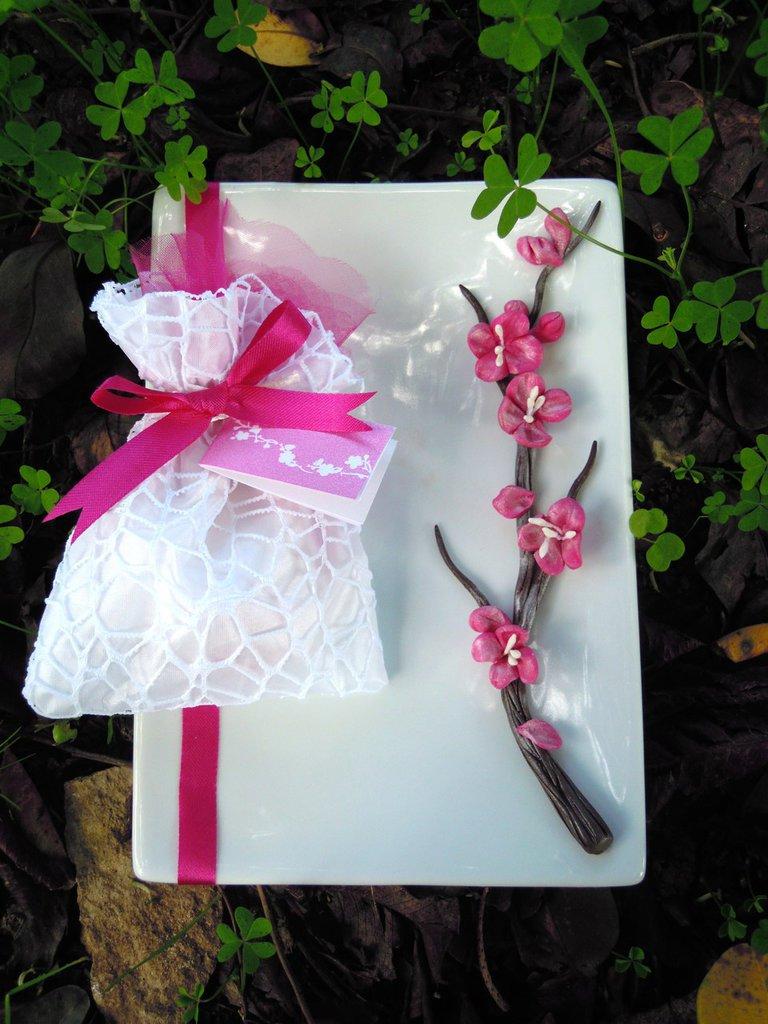piatto in ceramica con fiore in fimo tipo bucanville bomboniera MAtrimonio