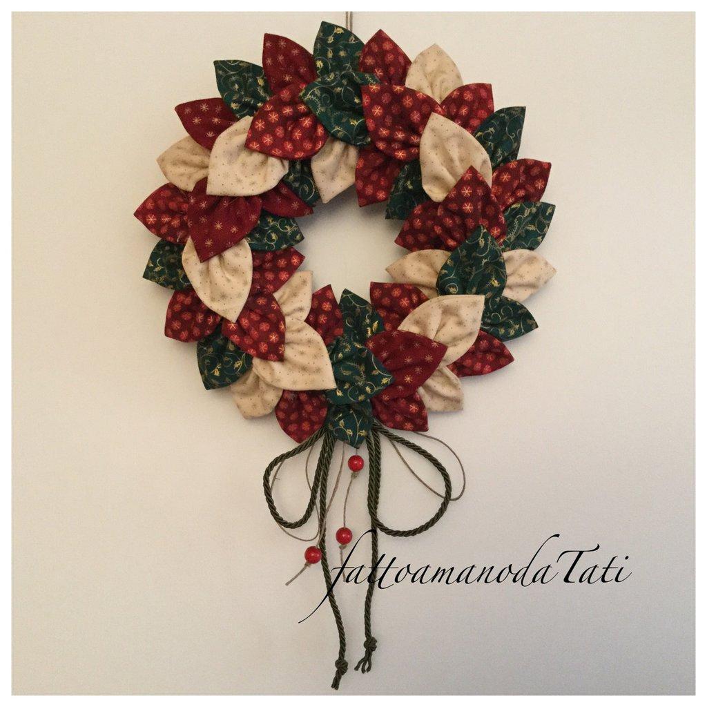 Corona natalizia con petali di cotone fantasia e cordino rosso C