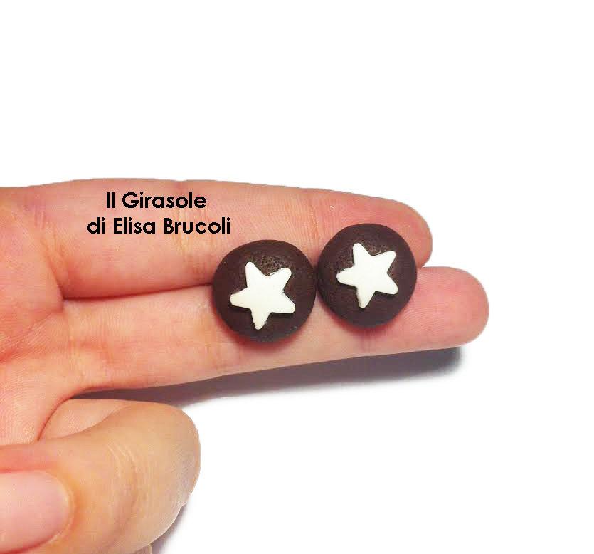Orecchini a perno con torta mooncake al cioccolato e stelle in fimo