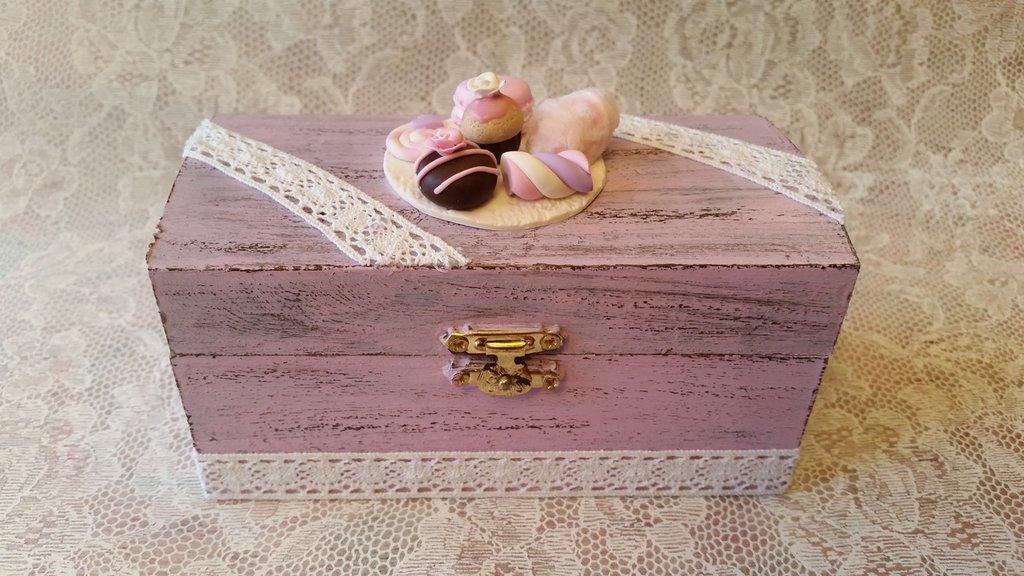 Cofanetto portagioie decorato a mano in stile shabby vintage e soggetti in fimo