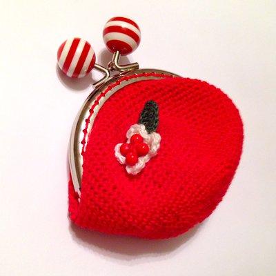 Borsellino portamonete rosso con fiorellino bianco e rosso e fogliolina, fatto a mano all'uncinetto