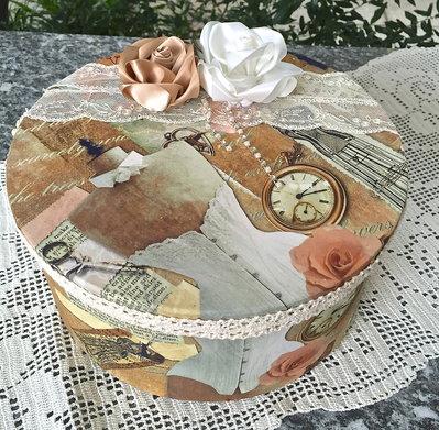 scatola rotonda di cartone ricoperta in stoffa con rose