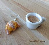 Orecchini cornetto croissant  e tazzina con cappuccino