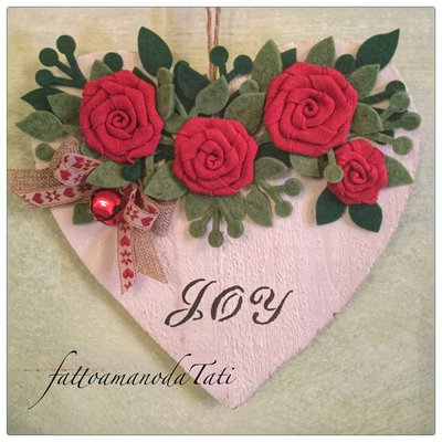 """Cuore di legno bianco """"joy""""  con rose rosse"""