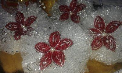 Pom pom di tulle con fiore di perline rosse e argento
