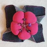 Spilla con fiore in tessuto imbottito e denim