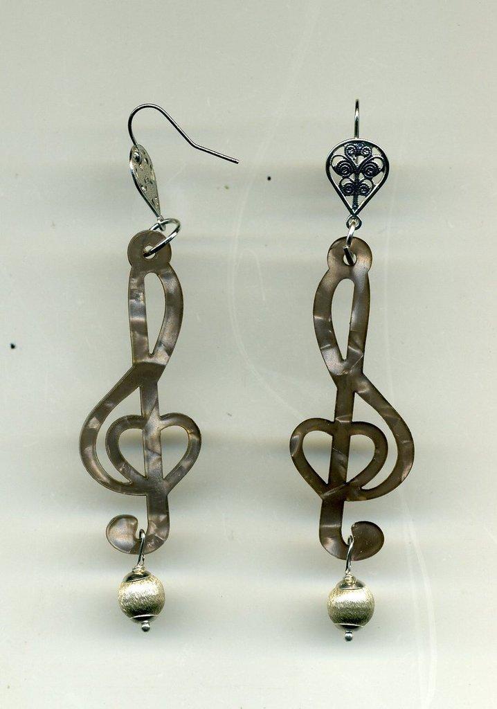 Orecchini pendenti con chiave di violino in plexiglas madreperlato grigio