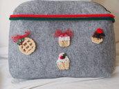 Grande busta in feltro con zip,NATALIZIA.Grigia.Decorata con pasticcini Natalizi a crochet.Portatrucco,elettronica,biancheria.Fatta a mano