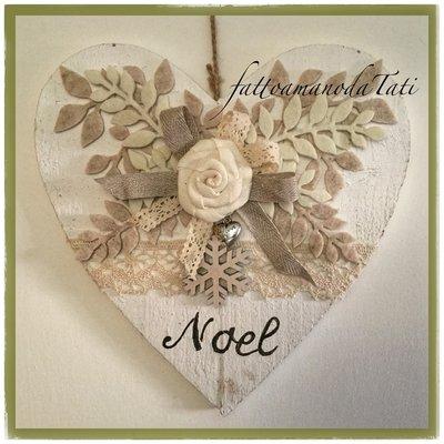 Cuore di legno bianco shabby noel con rosa in lino e pizzo