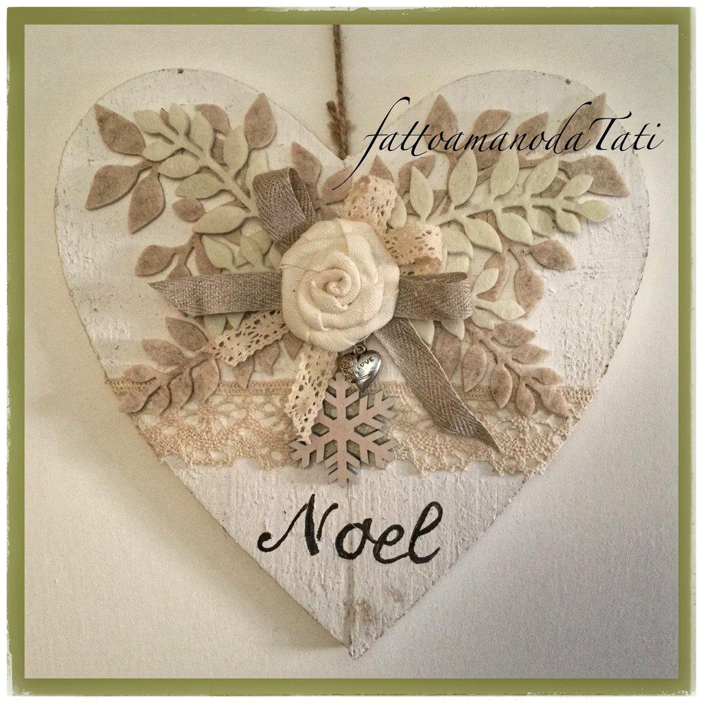 cuori di legno con fioru : Cuore di legno bianco shabby noel con rosa in lino e pizzo - Feste ...