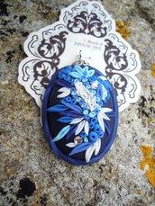 ciondolo con micro decori fatti a mano in fimo blu