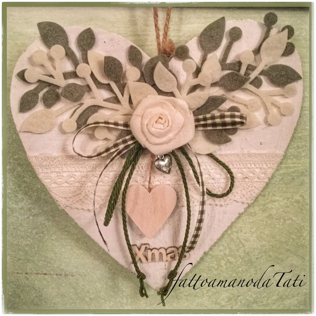 cuori di legno con fioru : Cuore di legno sbiancato con rosa di lino e cuore di legno - Feste ...