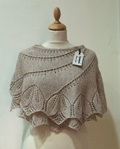 Stola avvolgente in lana fatta a mano con motivo a foglie color champagne