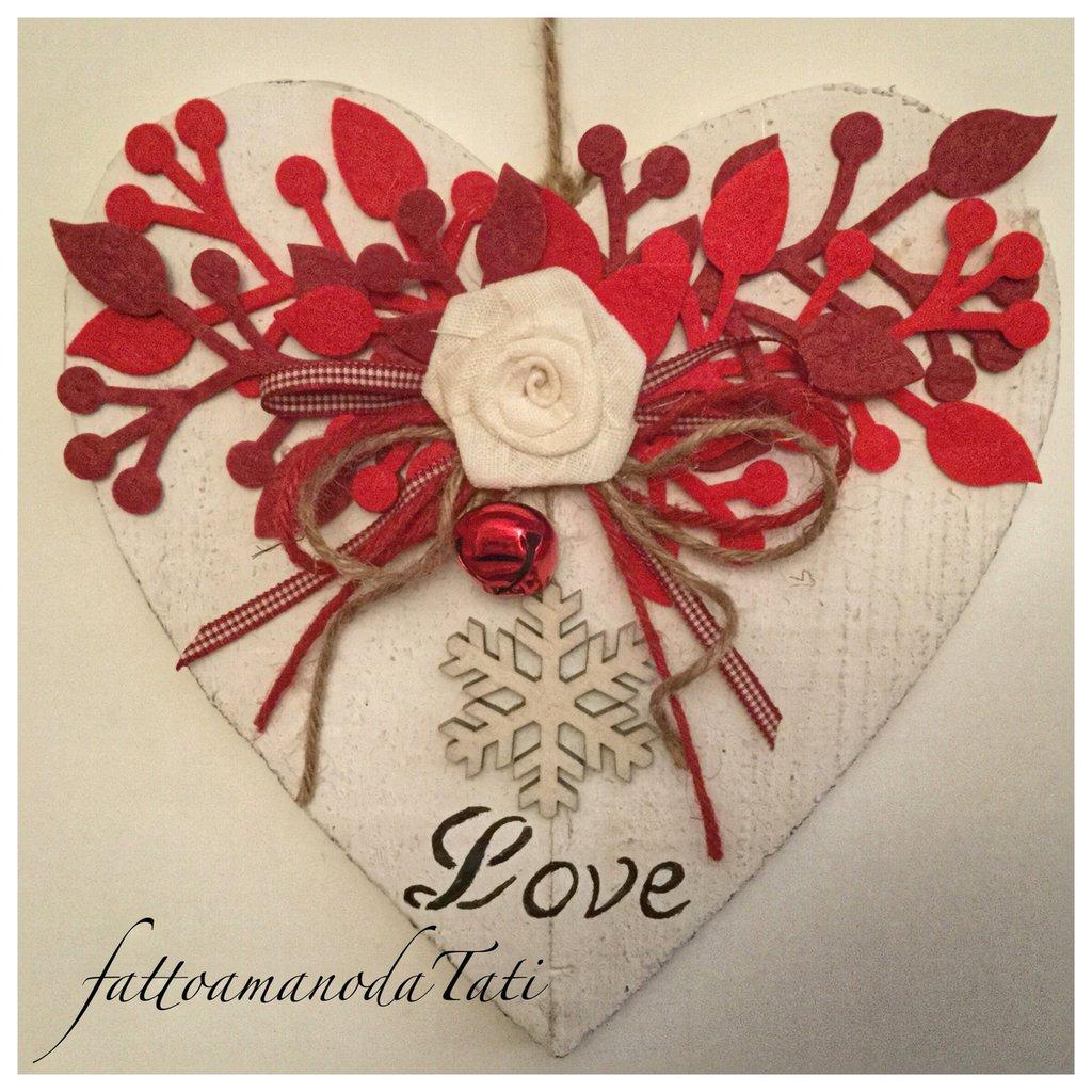 Cuore di legno con rosa in lino,rametti rossi e fiocco di neve