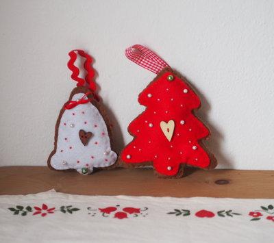 Set 2BISCOTTI:DECORAZIONI NATALIZIE.1Albero-feltro rosso,perle,perline bianche.1Campana in feltro bianco,perle rosse.Bottoni in legno.Nastri