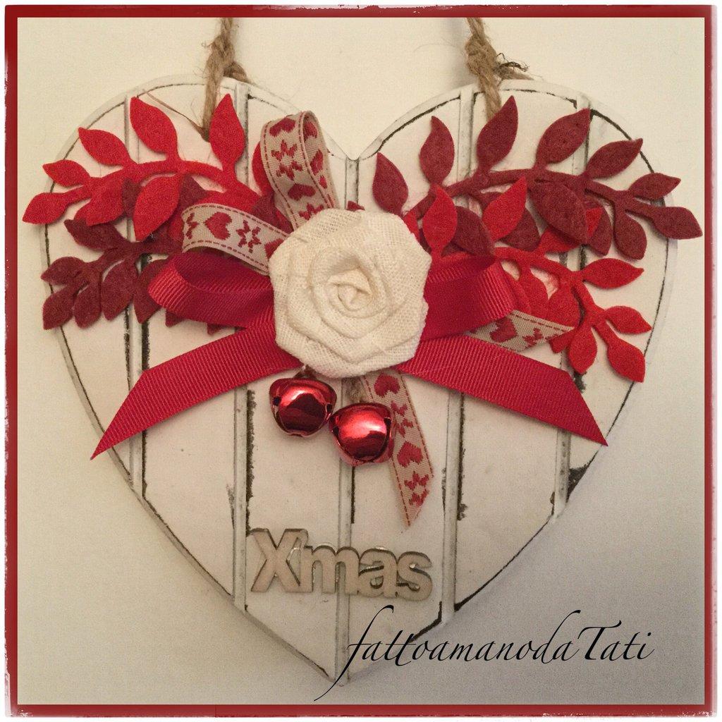 Cuore piccolo di legno bianco a righe con rosa bianca e rametti rossi