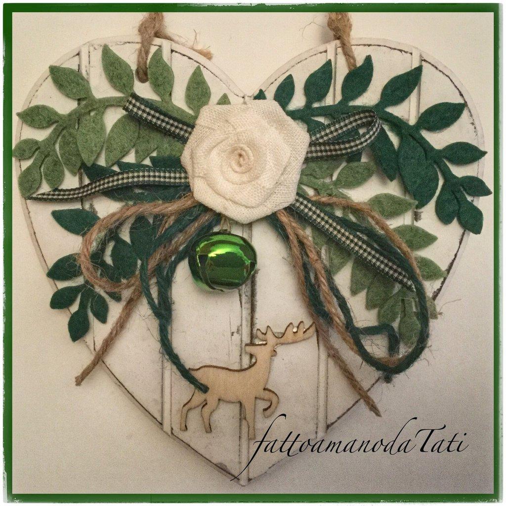 Cuore piccolo di legno bianco a righe con rametti verdi e cervo