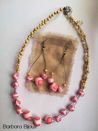 Parure con collana e orecchini con perle rosa in pasta polimerica (fimo) e perline di legno.