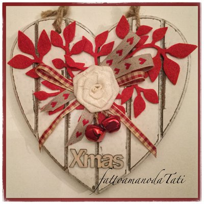 Cuore piccolo di legno con rametti rossi, rosa e sonagli
