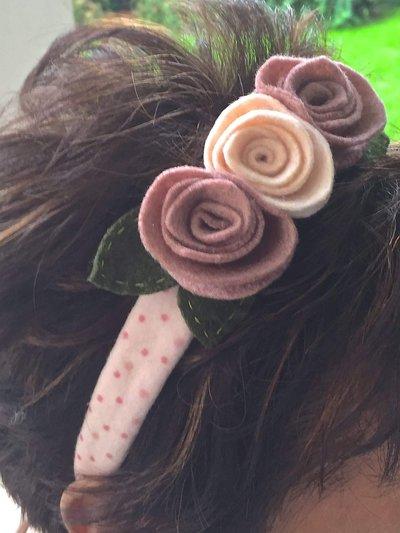 cerchietto per capelli con fiori sul rosa