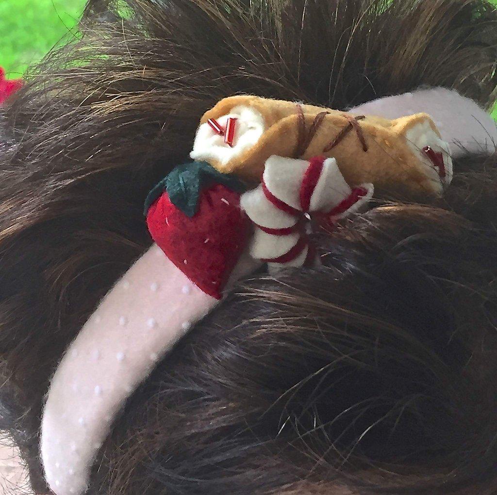 cerchietto per capelli in plastica ricoperto in feltro con pasticcini