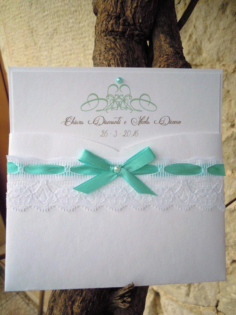 partecipazione romantica in pizzo bianco con bigliettino coordinato incluso e nastri verde tiffany
