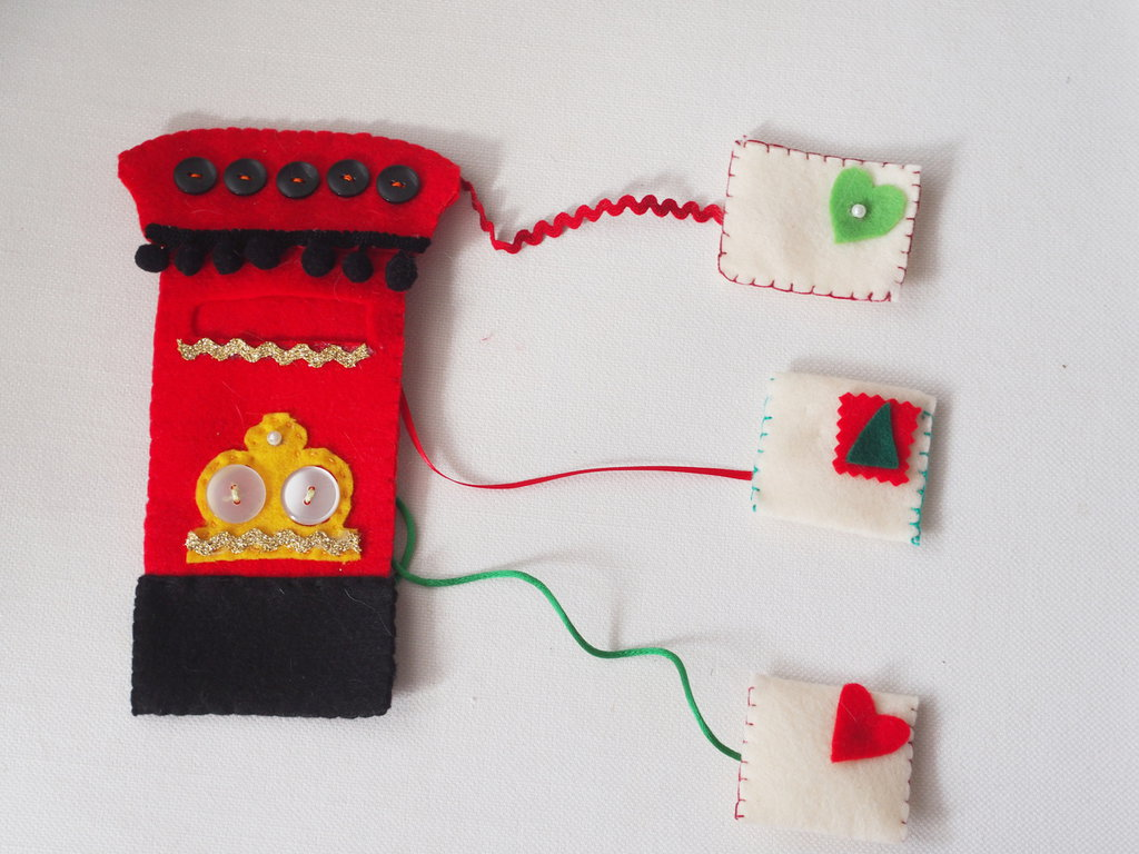 DECORAZIONE NATALIZIA.Feltro.Cassetta della posta Vintage,Inglese.Tre lettere da inserire nel foro.Nastri,passamaneria,nappine,bottoni,perle