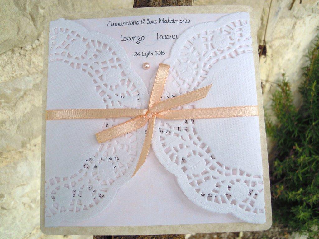 partecipazione con centrino di carta nei toni del rosa cipria con mezza perla