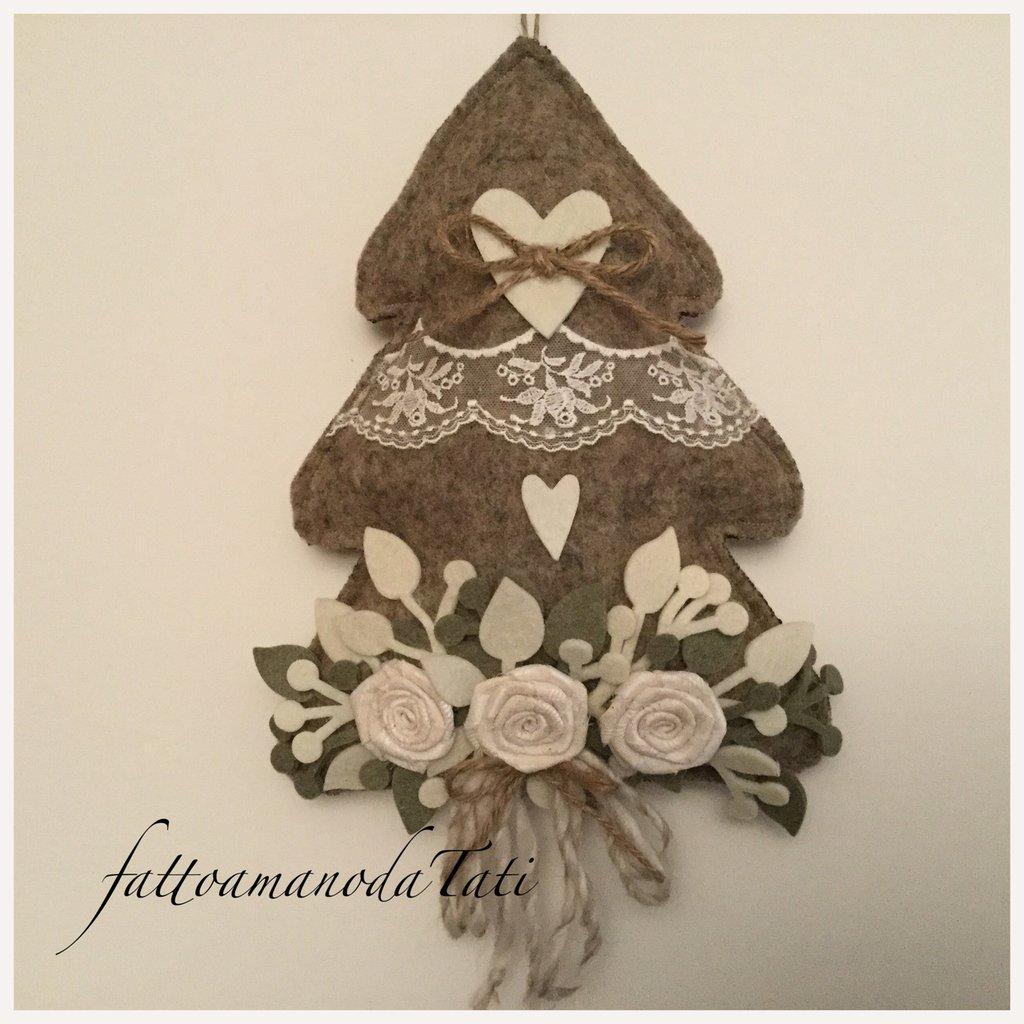 Albero decorato in lana cotta con tre rose e pizzo