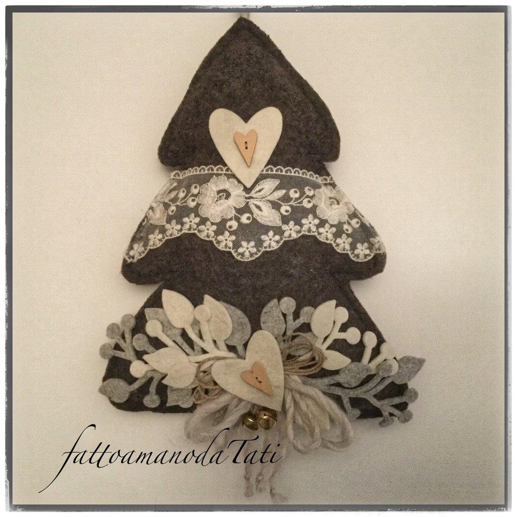 Albero in lana cotta scura con pizzo ,cuori e sonaglini
