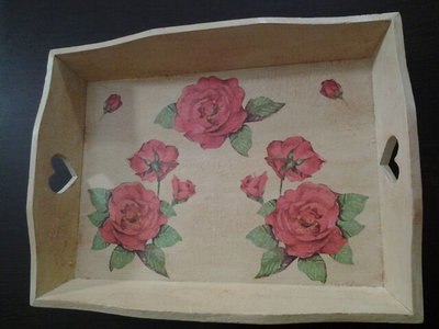 _Vassoio in legno con cuori intagliati e rose_