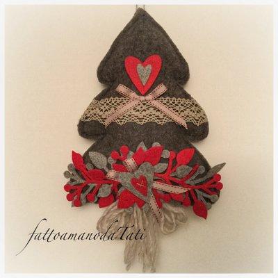 Albero in lana cotta scura con pizzo ,rametti e cuori rossi e grigi