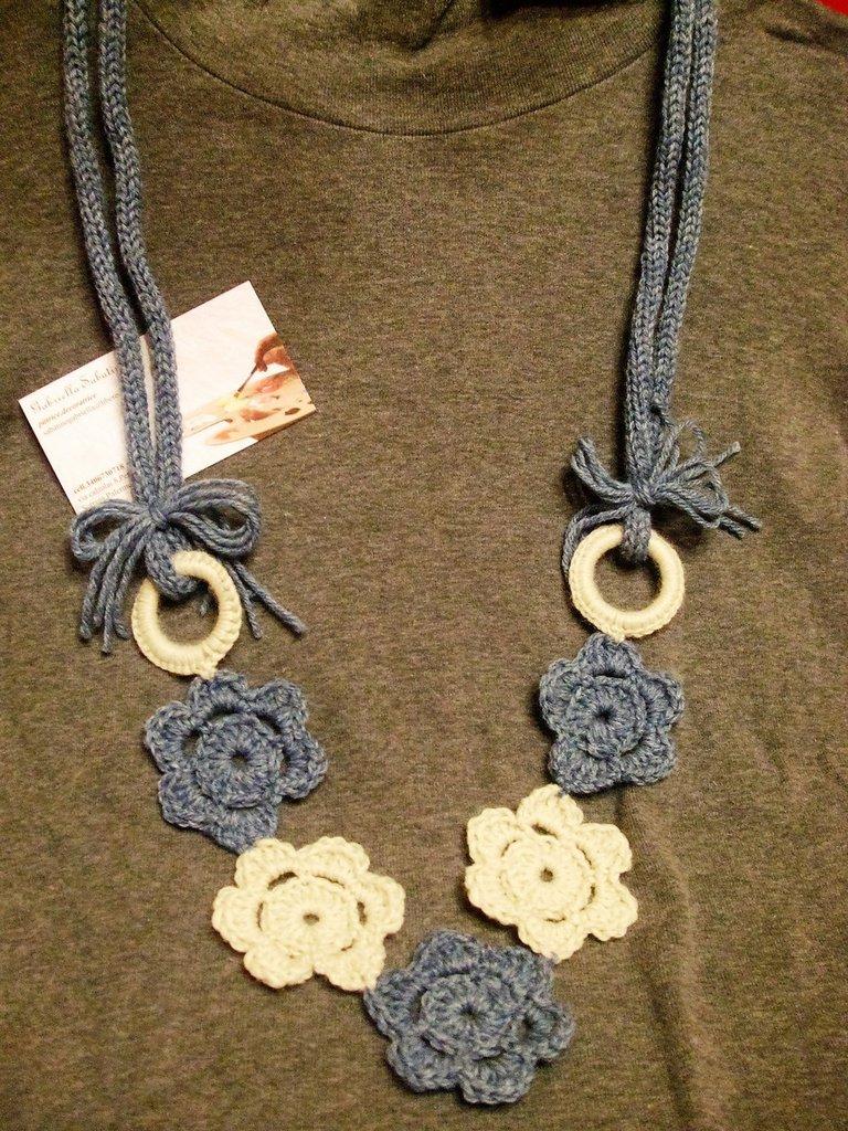collana in lana all'uncinetto