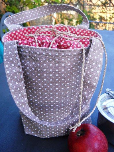 Secchiello porta pranzo in tessuto  chiuso con  lacci.