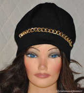 CAPPELLO IN CASHMERE NERO CON CATENA