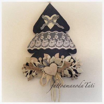 Albero in lana cotta blu con pizzo e cuore di legno