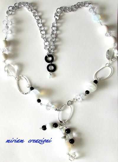 Collana lunga con cristalli, perle e catena
