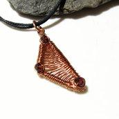 Ciondolo triangolo in rame. Ciondolo forme geometriche. Collana triangolare. Ciondolo granato. Fatto a mano.