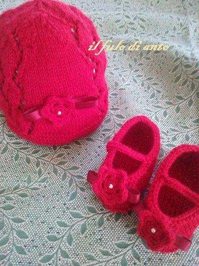 Cappello e scarpine rosso con fiore