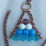 Collana con mezzi cristalli bianchi azzurri e viola con catena di rame