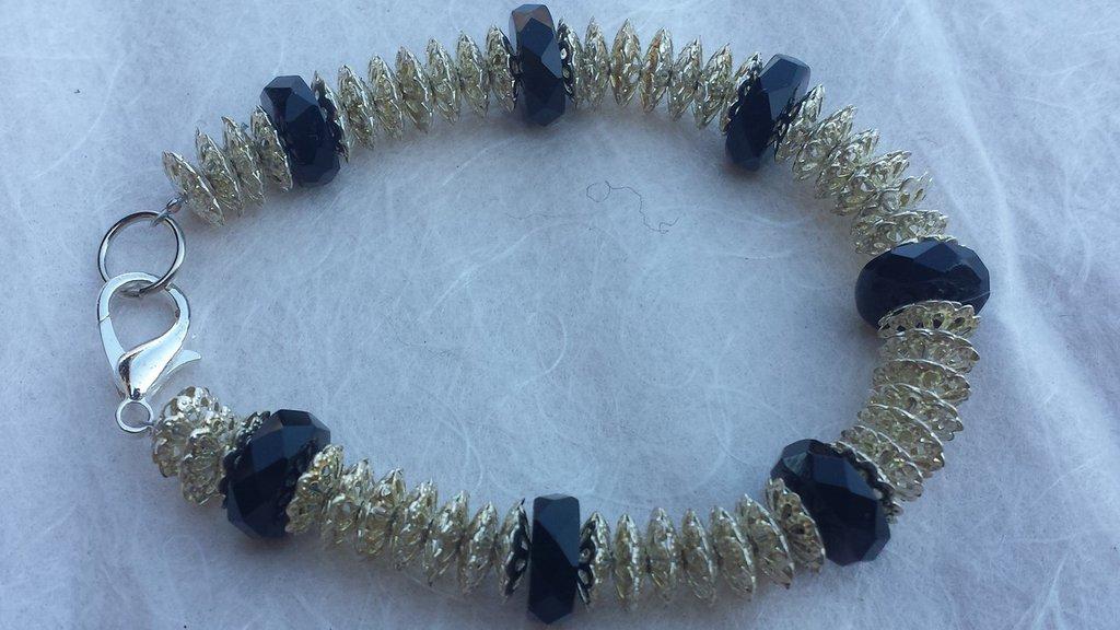 Bracciale con cristalli neri e filigrane di metallo