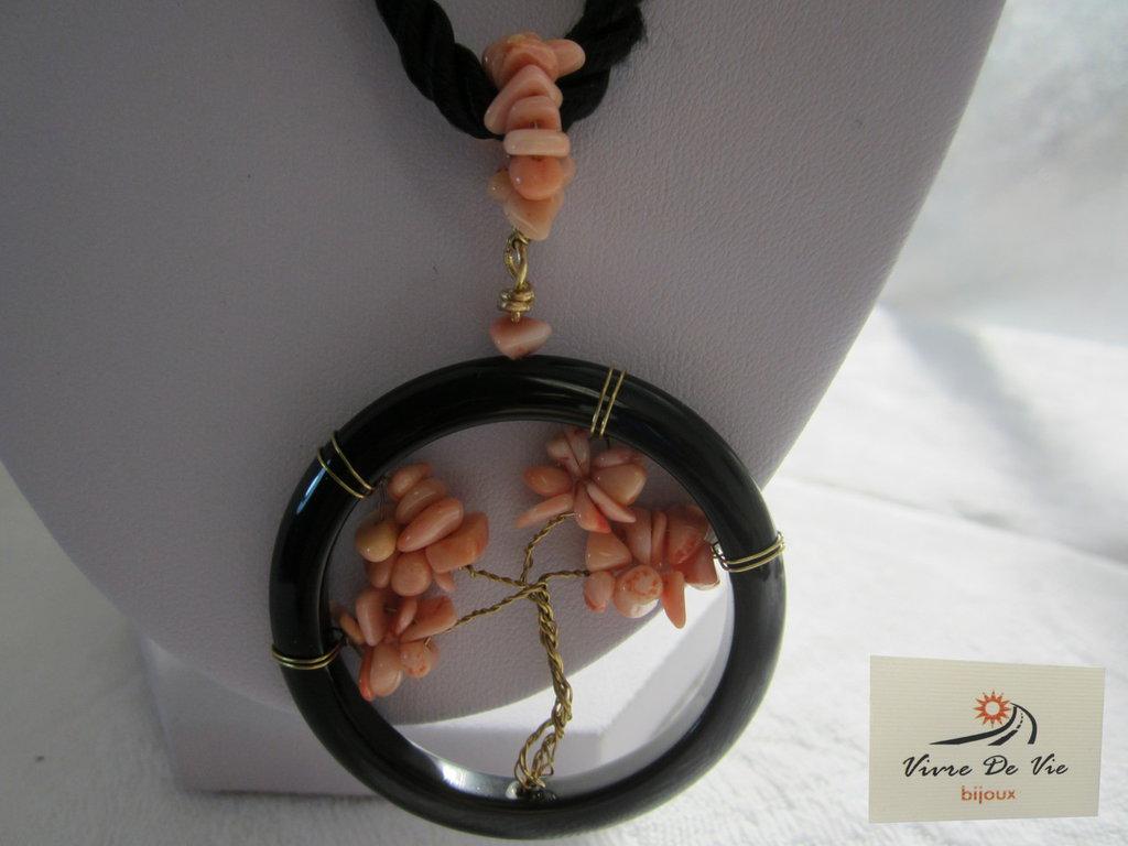 Collana con ciondolo agata nera e pasta di corallo rosa