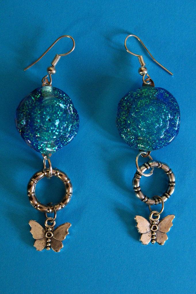 Orecchini in Resina Azzurro Glitter con Farfalla
