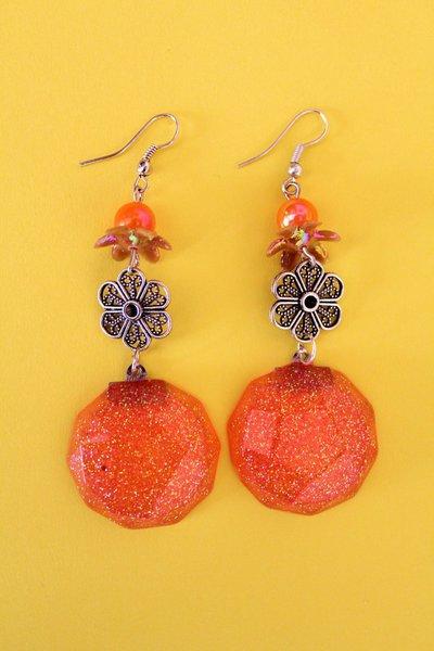 Orecchini pendenti arancio glitter in resina