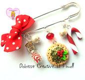 ☃ Natale In Dolcezze 2015 ☃ Spilla natalizia - Biscotti con agrifoglio, bottiglia con caramelle, candy cane, bastoncino di zucchero e perle