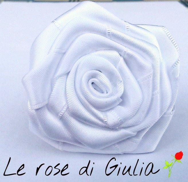 Fermaglio per capelli con rosa bianca di raso realizzata a mano