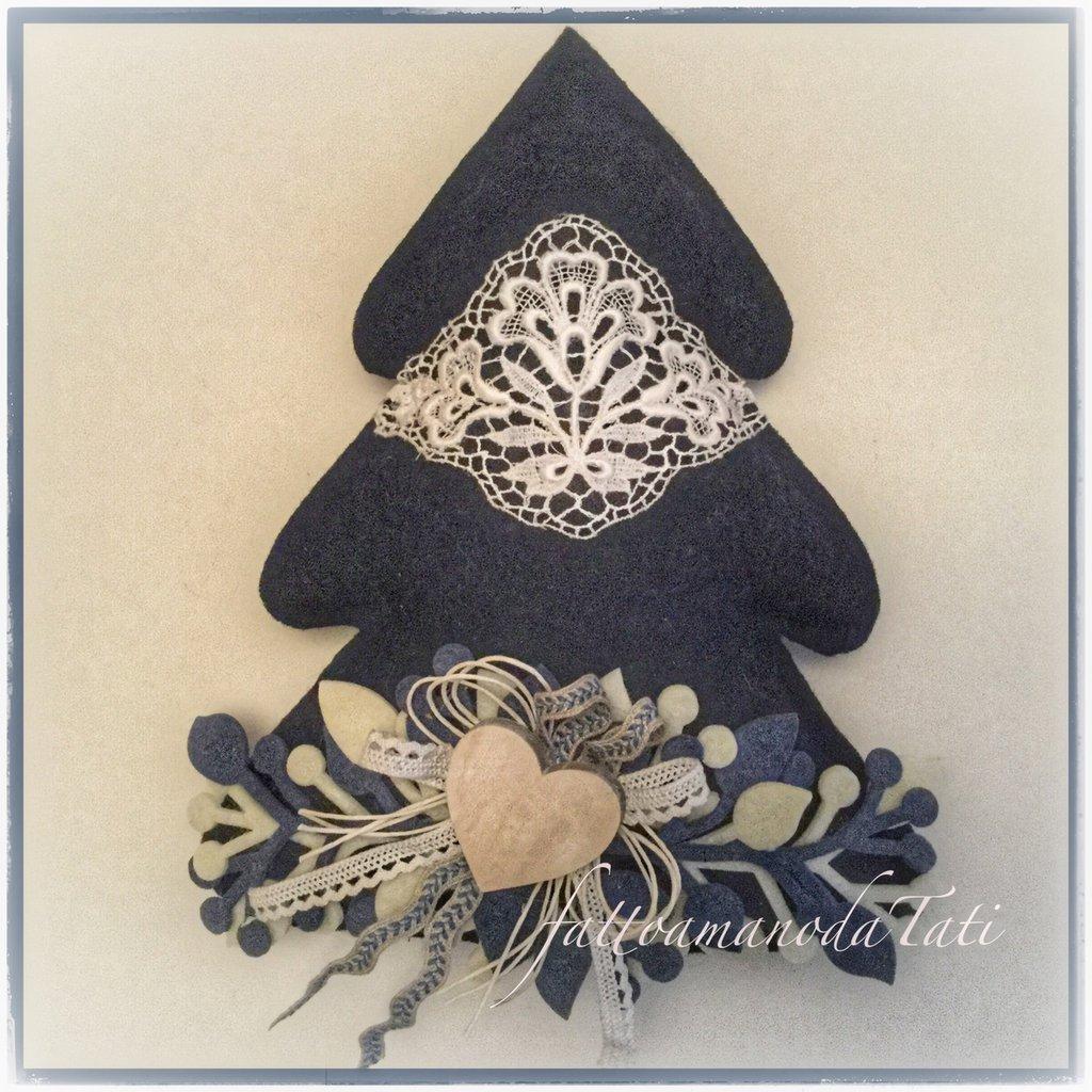 Albero in lana cotta blu con pizzo vintage e rametti bianchi e blu